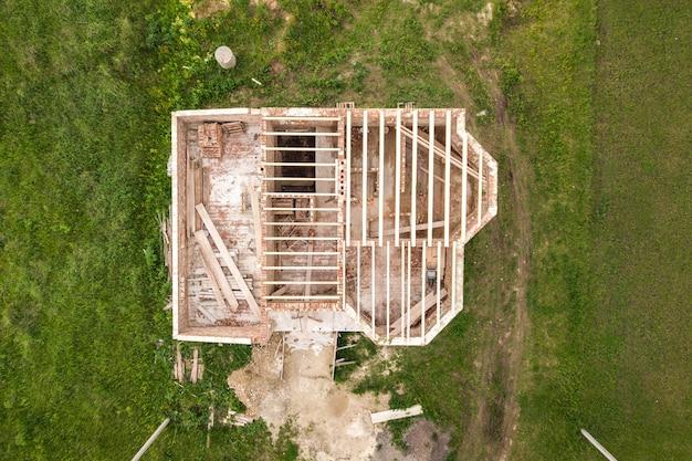 Vista aerea di una casa di mattoni con struttura del soffitto in legno in costruzione