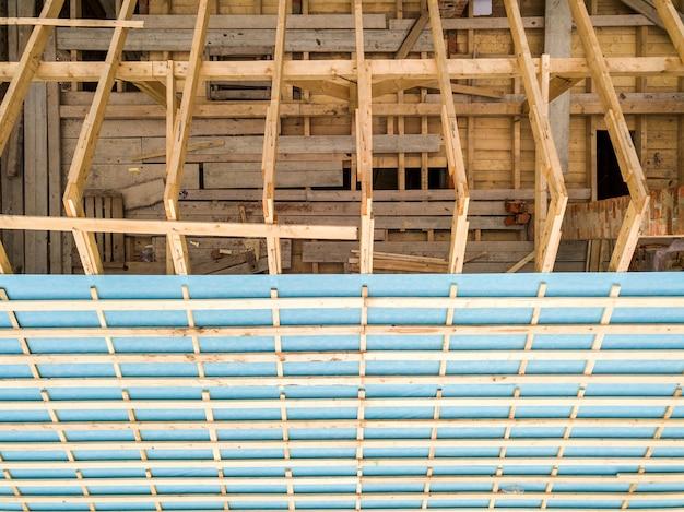 Vista aerea di una casa di mattoni con telaio del tetto in legno in costruzione.
