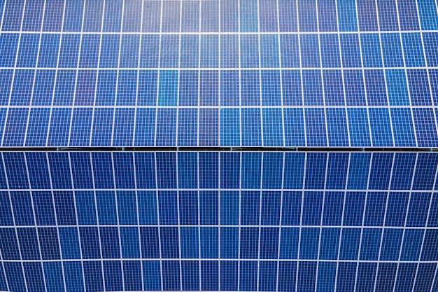 Tetto dell'edificio con vista aerea con file di pannelli solari fotovoltaici per la produzione di energia elettrica ecologica pulita. elettricità rinnovabile con concetto di emissioni zero.