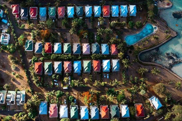 Vista aerea delle cabine e della piscina da una vista a volo d'uccello sull'isola di mauritius.