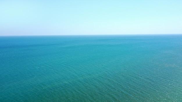 Vista aerea dell'acqua blu del mare calmo e del cielo senza nuvole. posto per il testo.