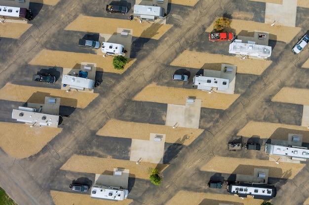 Vista aerea del camping park travel rv clubhouse con rimorchio per camper sul parcheggio del resort