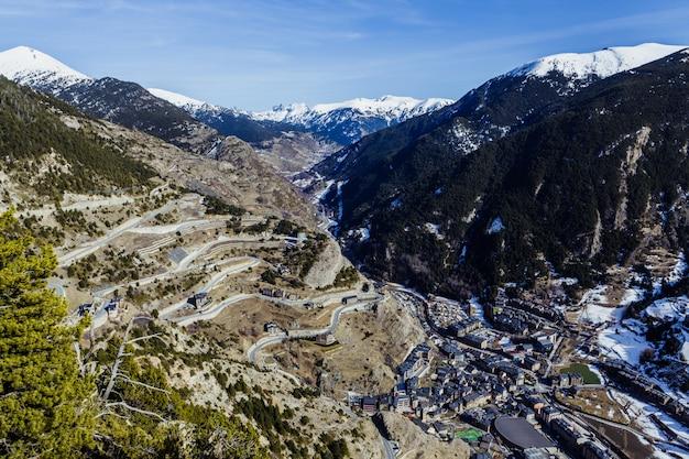 Vista aerea di canillo con neve in andorra dal punto di vista di mirador roc del quer in inverno
