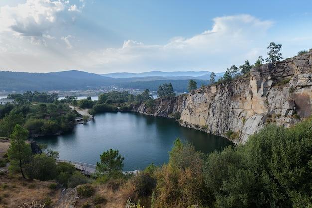 Vista aerea di un bellissimo paesaggio del lago di carriera sparare dall'alto