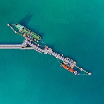 Nave da carico vista aerea del trasporto marittimo di logistica aziendale, petroliera gpl gpl ngv nella zona industriale thailandia / gruppo nave petroliera al porto di singapore - import export