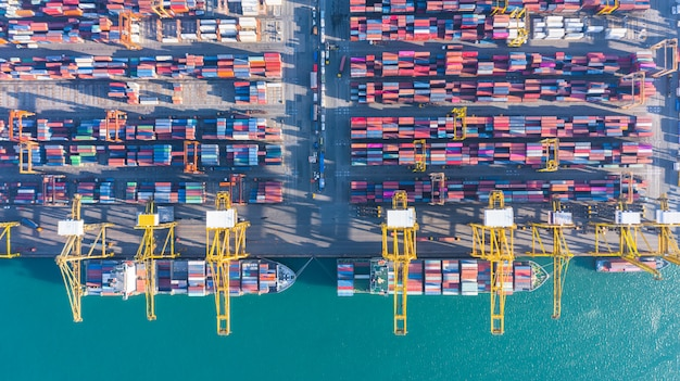Vista aerea della nave da carico e dei contenitori