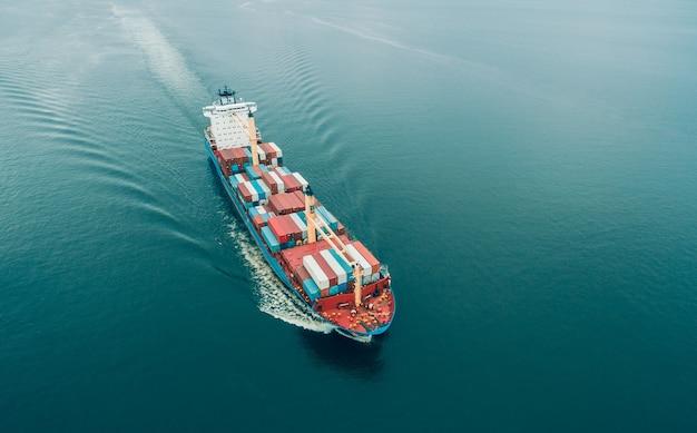 Vista aerea della nave da carico che naviga in mare aperto