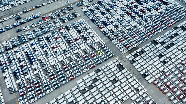Vista aerea del trasporto di navi da carico di merci logistiche merci marittime, auto nuove prodotte da anno nel porto per le navi da carico e le merci import-export in tutto il mondo