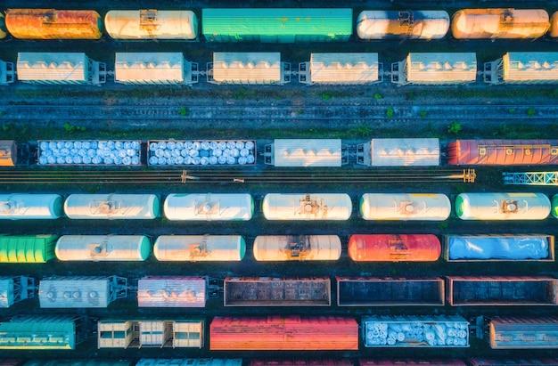 Vista aerea dei treni merci. vagoni ferroviari con merci sulla ferrovia. vista dall'alto del colorato treno merci sulla stazione ferroviaria.