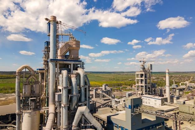 Veduta aerea della fabbrica di cemento con struttura in calcestruzzo alta e gru a torre