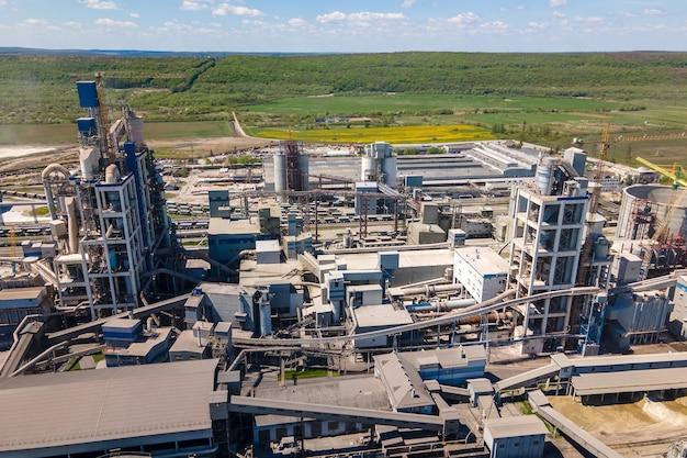 Vista aerea della fabbrica di cemento con struttura in calcestruzzo alta e gru a torre