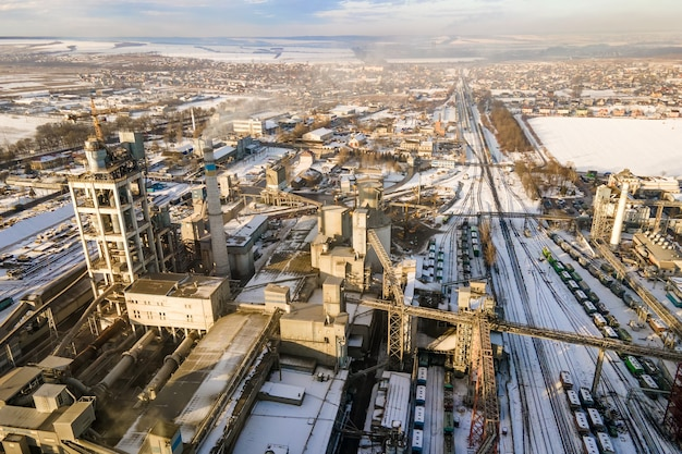 Vista aerea della cementeria con struttura di fabbrica alta nella zona di produzione industriale.