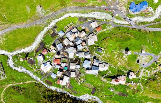 Vista aerea del villaggio di chazhashi con tipiche case a torre. svaneti superiore, georgia