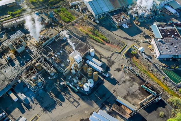 Edificio di produzione dell'industria chimica vista aerea con serbatoi per lo stoccaggio di materiali