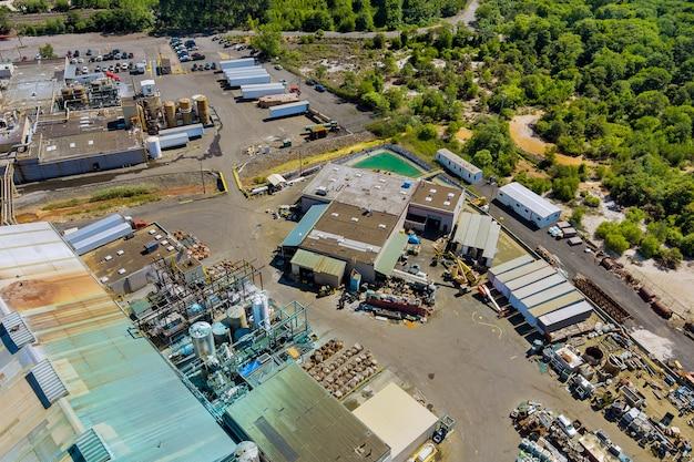 Edificio di produzione dell'industria chimica vista aerea con serbatoi per lo stoccaggio