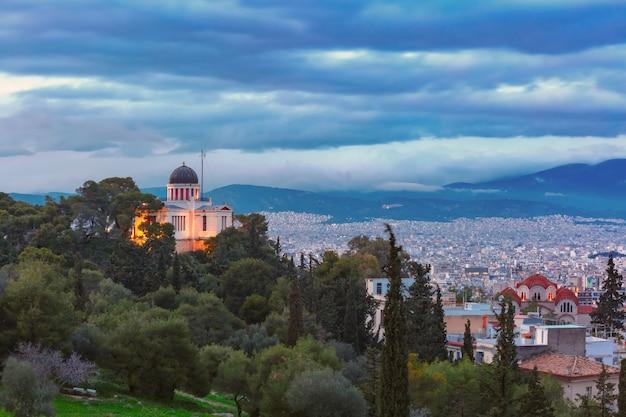 Veduta aerea della chiesa di santa marina a thissio durante l'ora blu serale ad atene, grecia