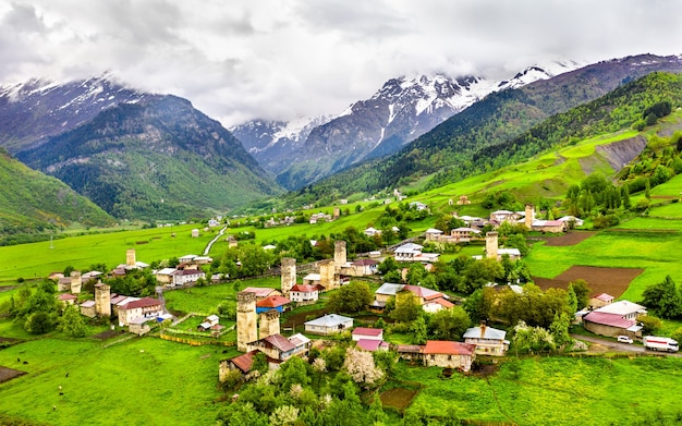 Veduta aerea del villaggio chvabiani con tipiche case a torre. svaneti superiore, georgia Foto Premium