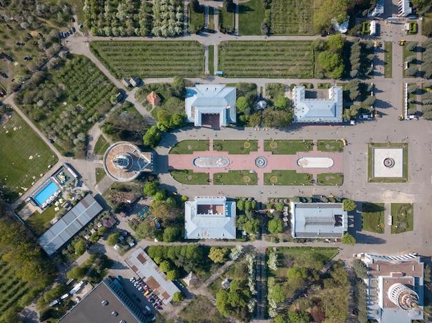 Città di vista aerea del centro espositivo nazionale di kiev con padiglioni
