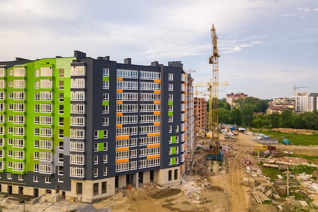 Vista aerea della zona residenziale della città con alti condomini in costruzione.
