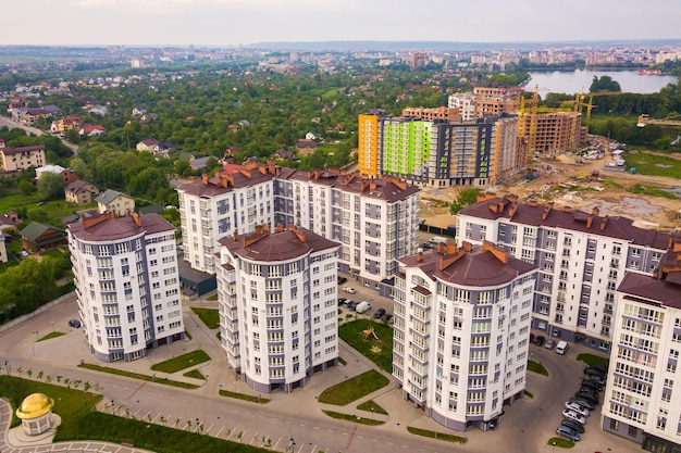 Vista aerea della zona residenziale della città con condomini alti.