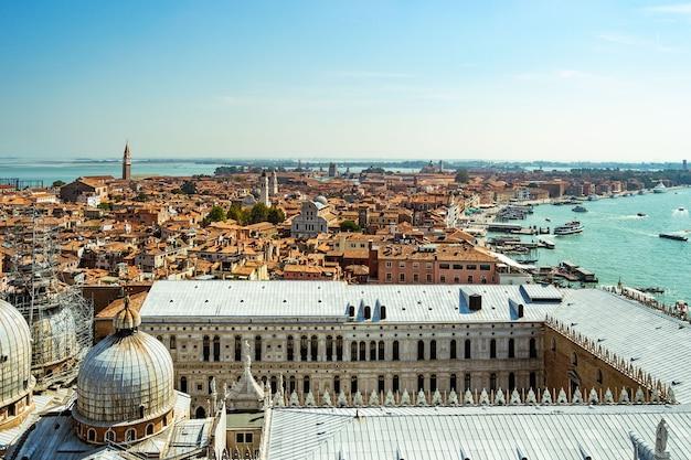 Veduta aerea della città di venezia. turismo in italia. Foto Premium