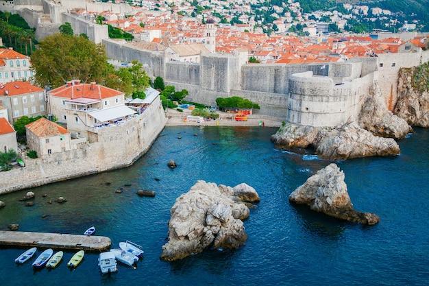 Vista aerea delle mura della città della città vecchia di dubrovnik, croazia