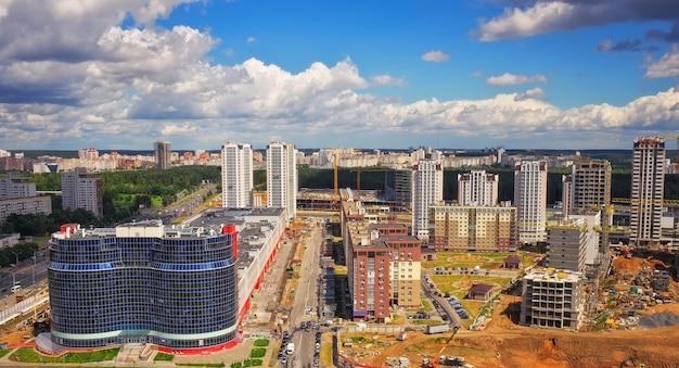Vista aerea, paesaggio urbano di minsk, bielorussia. costruzione di nuovi grattacieli