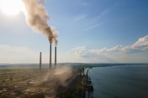 Vista aerea dei tubi alti della centrale elettrica a carbone con atmosfera inquinante del fumaiolo nero. produzione di elettricità con il concetto di combustibili fossili.
