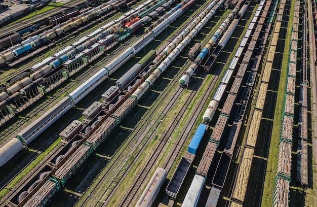Vista aerea di vagoni merci colorati sulla stazione ferroviaria