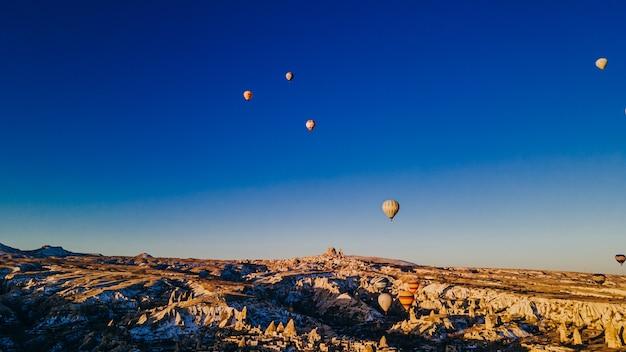 Vista aerea dei palloni ad aria calda colorati in cappadocia, turchia. foto di alta qualità