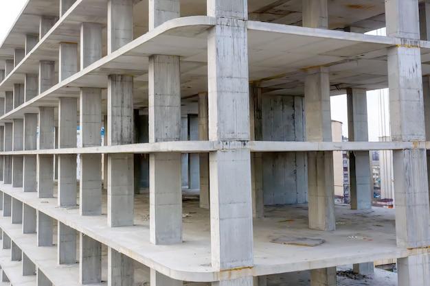 Vista aerea del telaio in cemento di un edificio di appartamenti alto in costruzione in una città.