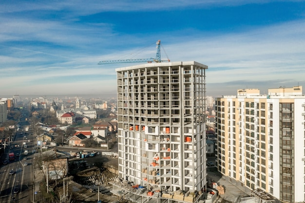 Vista aerea del telaio in cemento di alto edificio di appartamenti in costruzione in una città.