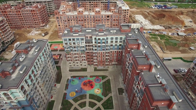 Una veduta aerea di un'area di costruzione in un complesso di edifici residenziali