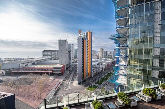 Vista aerea per la costruzione di un grattacielo, ponteggi, barriere, operai. 03.01.2020 barcellona, spagna