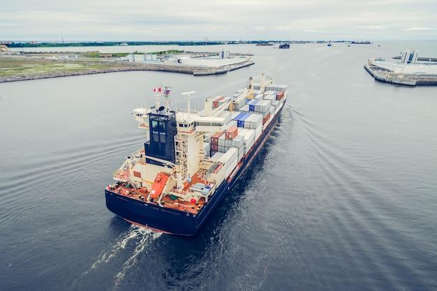 Vista aerea della nave portacontainer che va al porto