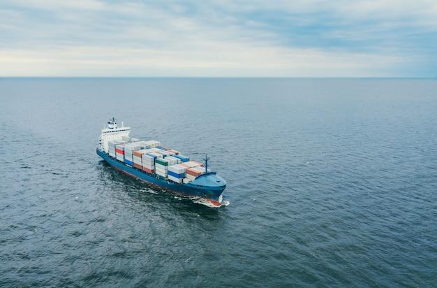 Vista aerea della nave portacontainer che naviga in mare aperto