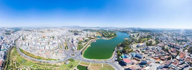 Vista aerea di bella destinazione di turismo della città del lat in altopiani centrali vietnam. cielo blu chiaro. parchi verdi e lago della città.