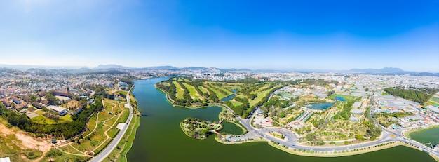 Vista aerea di bella destinazione di turismo della città del da lat in altopiani centrali vietnam. cielo blu chiaro. sviluppo urbano, parchi verdi città lago.