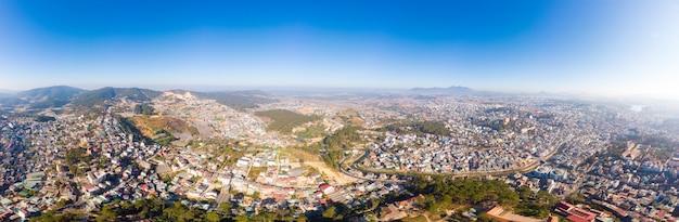 Vista aerea di bella destinazione di turismo della città del da lat in altopiani centrali vietnam. cielo blu chiaro. sviluppo urbano, parchi verdi