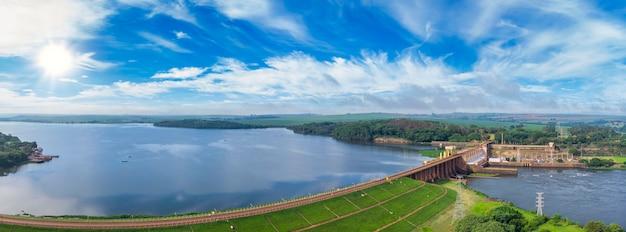 Vista aerea della diga al serbatoio con acqua corrente, centrale idroelettrica.