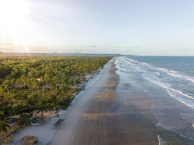 Vista aerea della spiaggia tropicale deserta a ilheus bahia brasile.