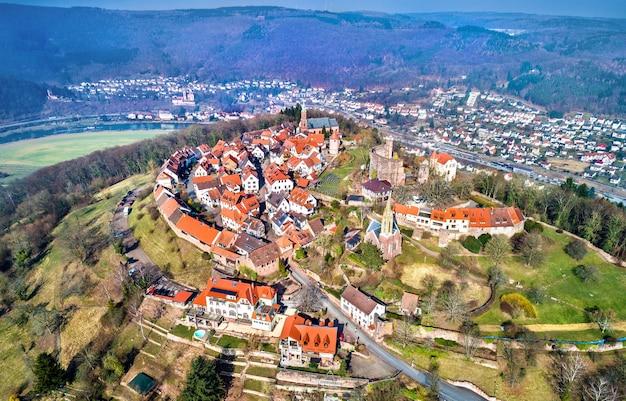 Veduta aerea di dilsberg, una città con un castello sulla sommità di una collina circondata da un'ansa del fiume neckar. germania, baden-württemberg