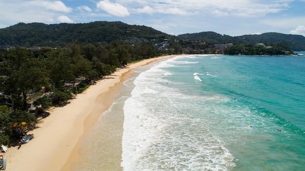 Vista aerea drone fotocamera della spiaggia tropicale a kata beach phuket thailandia incredibile spiaggia bellissimo mare a phuket.