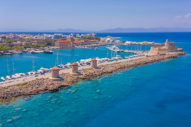 Foto di drone vista aerea dell'isola della città di rodi, dodecaneso, grecia