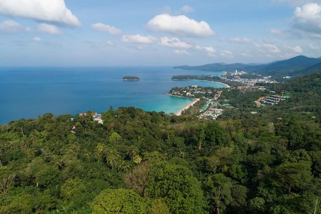Colpo del drone di vista aerea del bellissimo punto di vista del paesaggio 3 baie a kata, punto di vista della spiaggia di karon nell'isola di phuket thailandia, bellissimo punto di riferimento viaggio punto di vista natura a phuket.