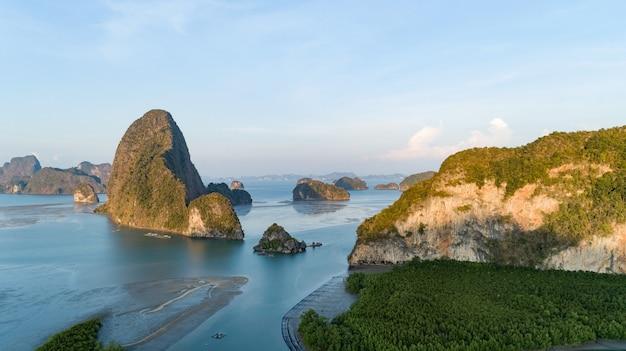 Vista aerea drone colpo di vista del paesaggio sametnangshe situato a phang-nga thailandia bellissimo mare vista della natura del paesaggio stupefacente.