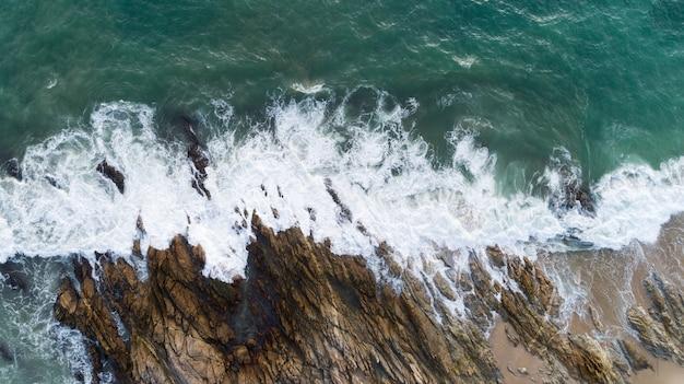 Il fuco di vista aerea ha sparato di vista sul mare scenica fuori dalla spiaggia a phuket tailandia con lo schianto dell'onda