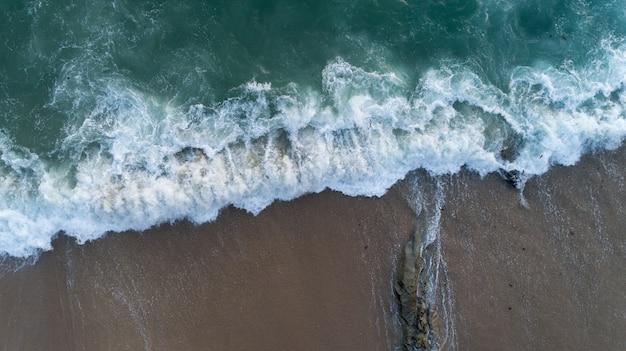 Colpo del fuco di vista aerea di vista sul mare scenica