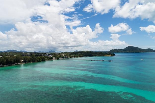 Il colpo del fuco di vista aerea del mare tropicale e la spiaggia di rawai, phuket tailandia