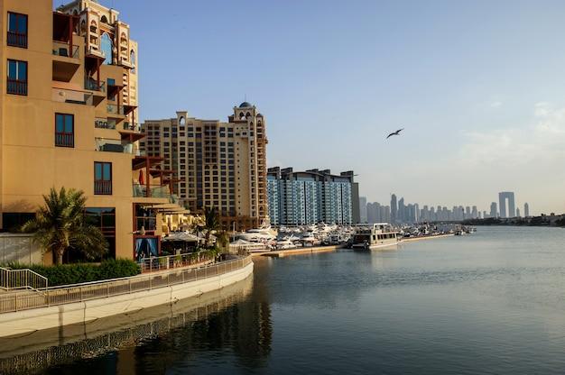 Vista aerea a dubai palm island. paesaggio di ville e yacht.